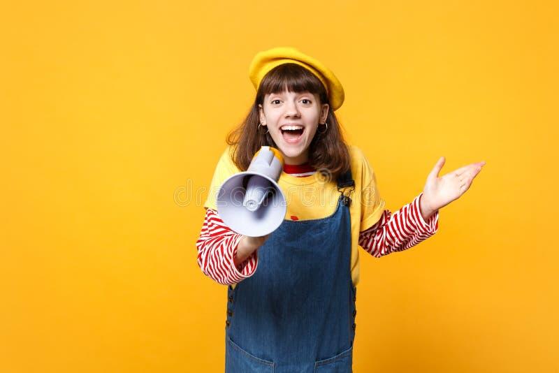 Adolescente emocionado de la muchacha en la boina francesa, grito de los sundress del dril de algodón en el megáfono, manos de ex fotos de archivo