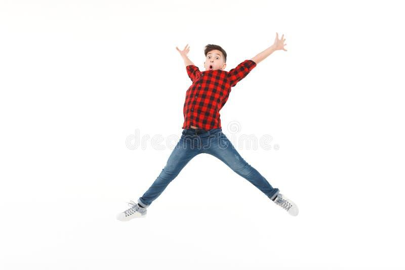 Adolescente emocionado en salto imagen de archivo libre de regalías
