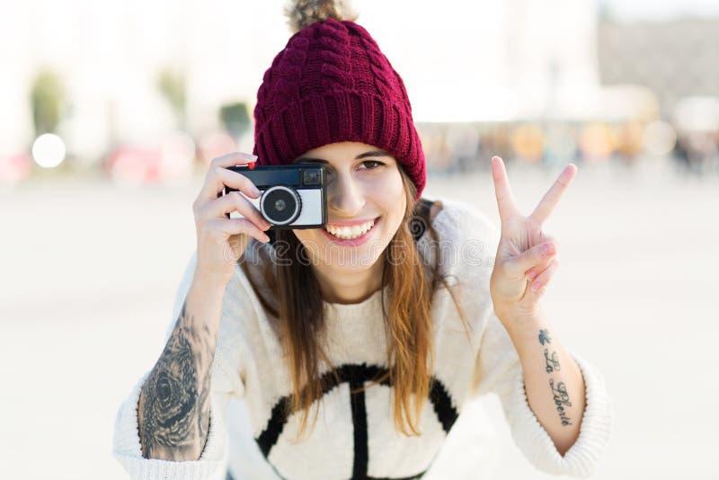 Adolescente employant l'appareil-photo de vintage photographie stock