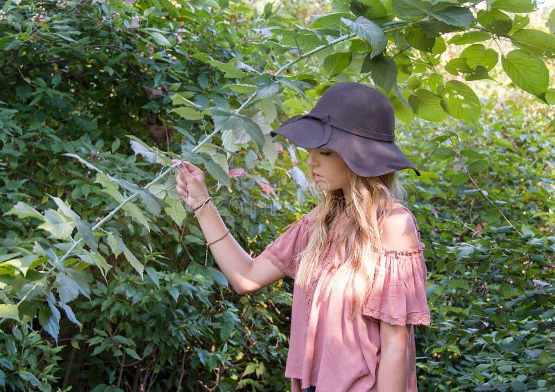 Adolescente en bosque del verano fotos de archivo