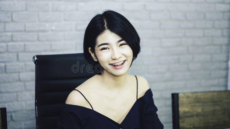 Adolescente en buste de portrait dans la robe bleue luxueuse, souriant heureusement avec le regard lumineux, se reposant sur la c image libre de droits
