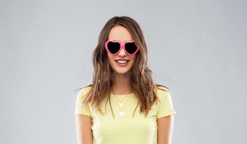 Adolescente en gafas de sol en forma de coraz?n foto de archivo