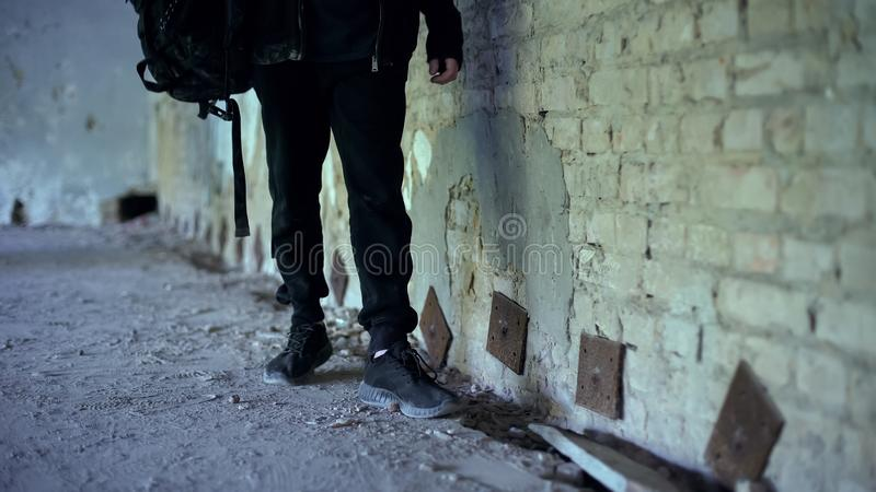 Adolescente en la casa abandonada, zapatos cómodos para el primer extremo de las aventuras imagen de archivo