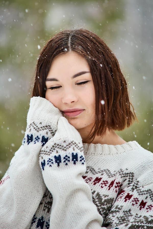 Adolescente en las nevadas del bosque del invierno fotos de archivo libres de regalías