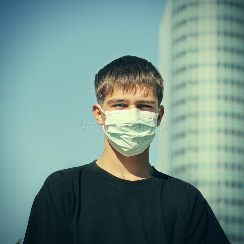Adolescente en máscara de la gripe imágenes de archivo libres de regalías