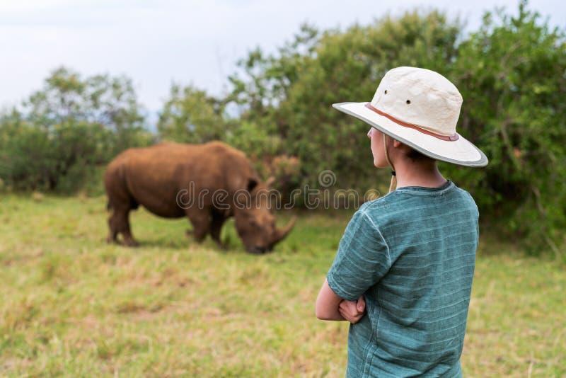 Adolescente en safari foto de archivo