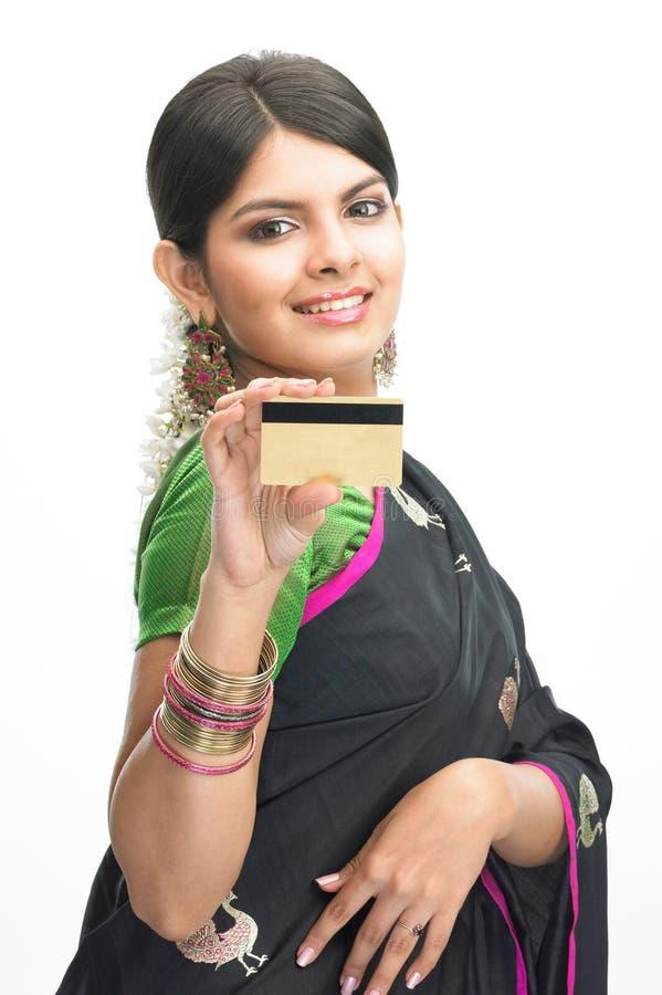 Adolescente en sari con de la tarjeta de crédito imágenes de archivo libres de regalías
