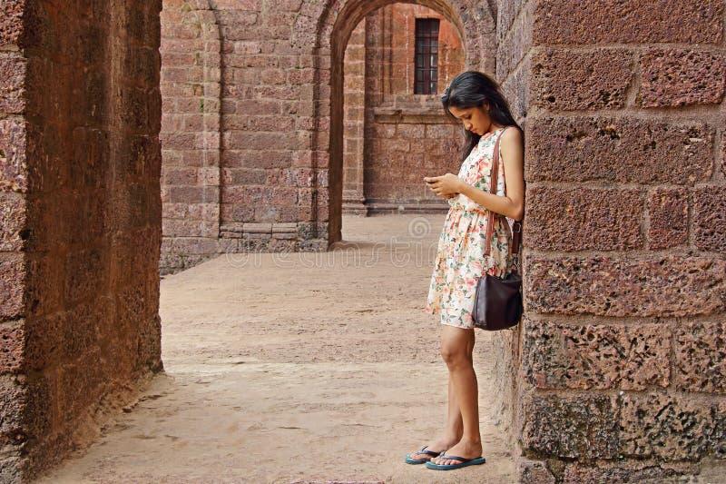 Adolescente en Smartphone fotos de archivo