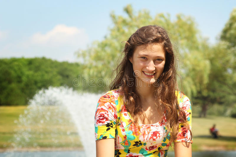 Adolescente en un parque imagen de archivo libre de regalías