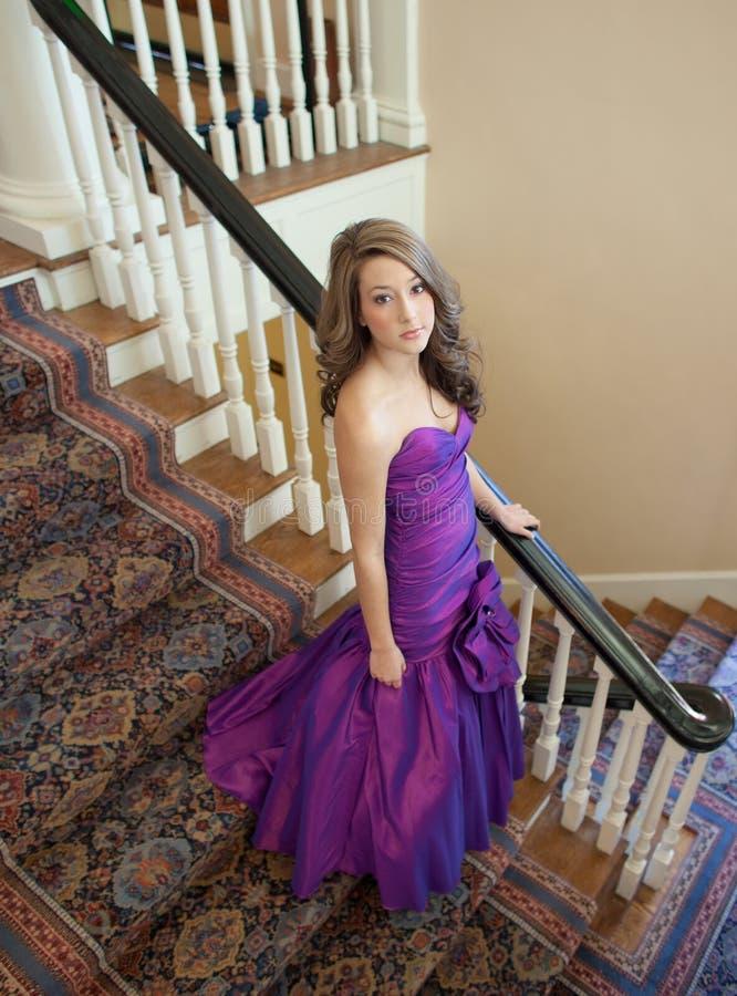 Adolescente en vestido de lujo fotografía de archivo