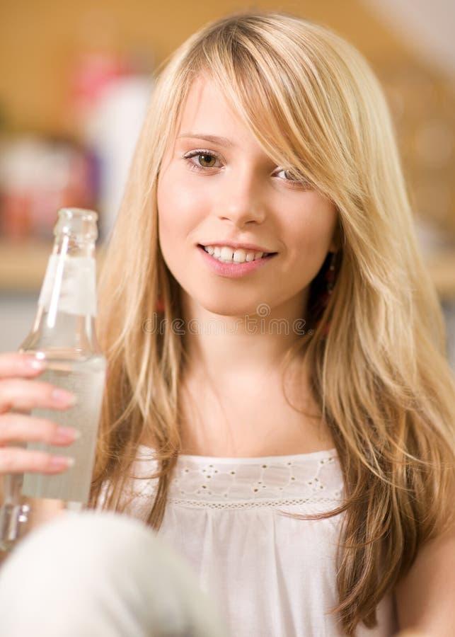 Adolescente encantador con la botella de agua imagen de archivo libre de regalías