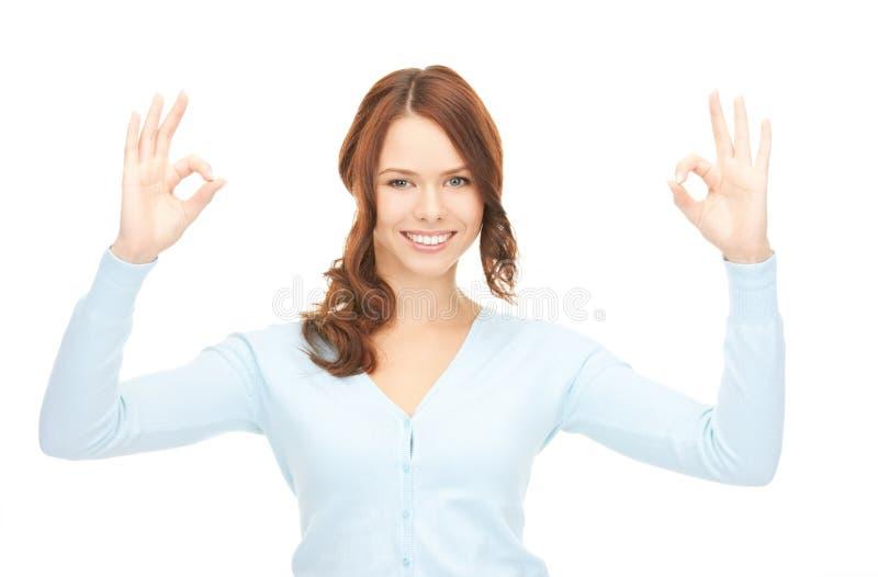 Adolescente encantador que mostra o sinal aprovado imagem de stock
