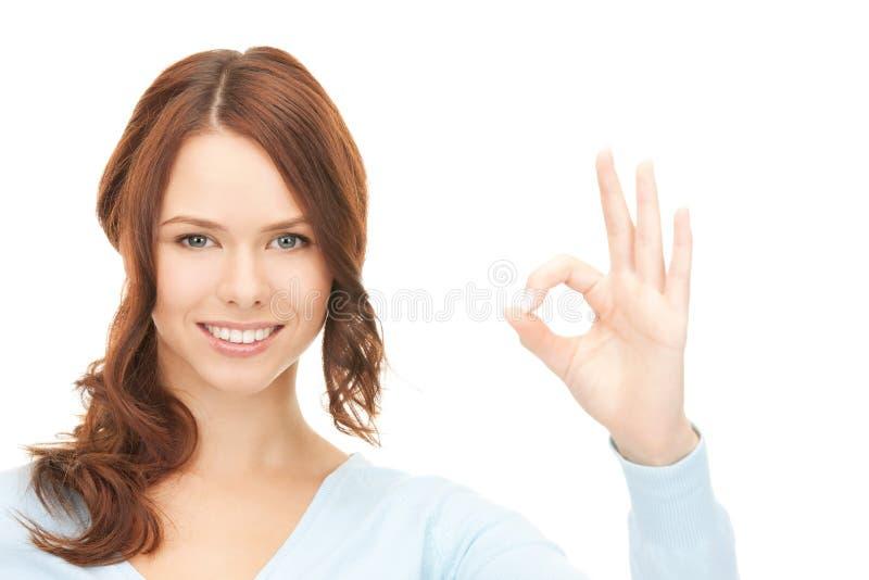 Adolescente encantador que mostra o sinal aprovado imagens de stock