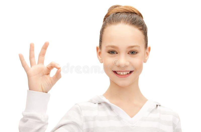 Adolescente encantador que muestra la muestra aceptable foto de archivo