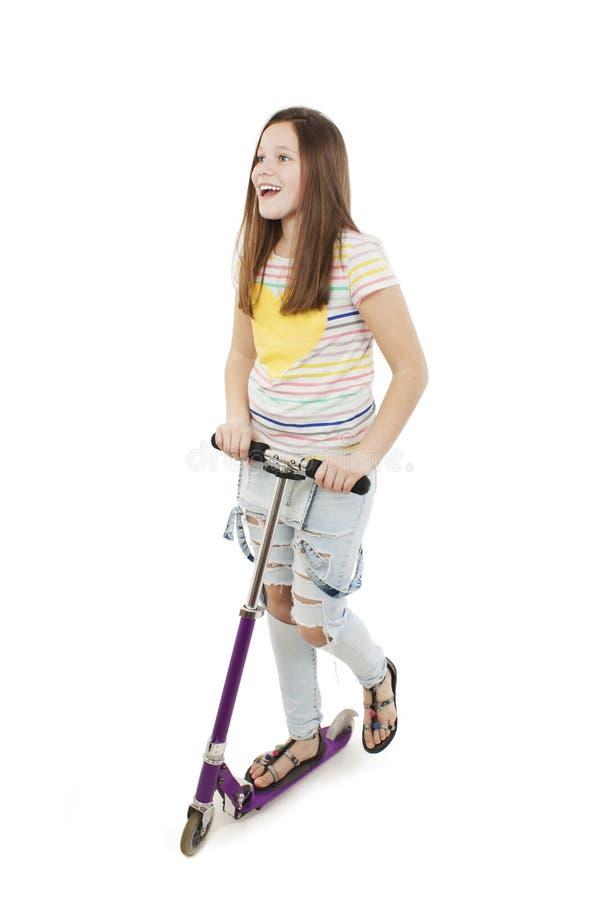 Adolescente entusiasmado que usa um 'trotinette' imagem de stock