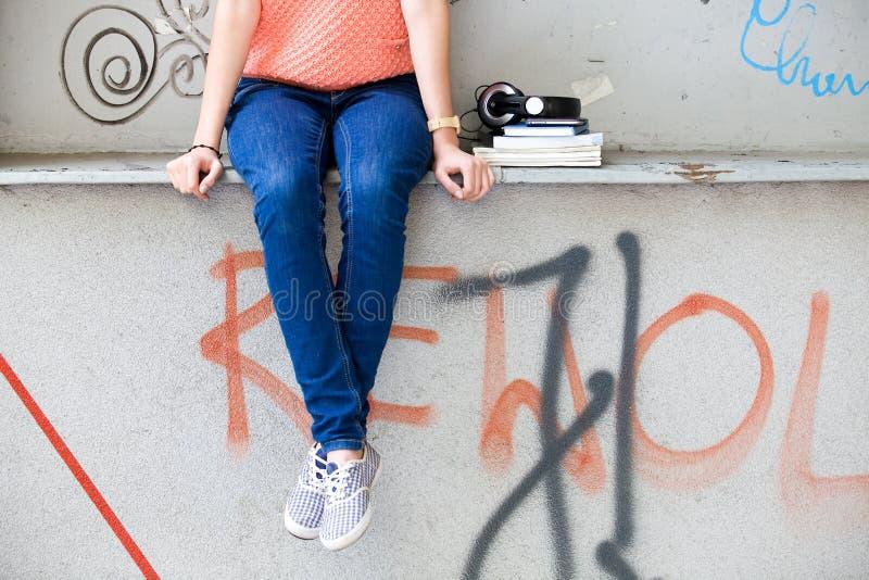 Adolescente et graffiti photographie stock