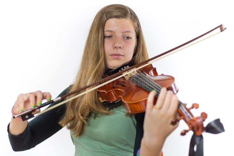 Adolescente europeo che gioca violino fotografia stock libera da diritti