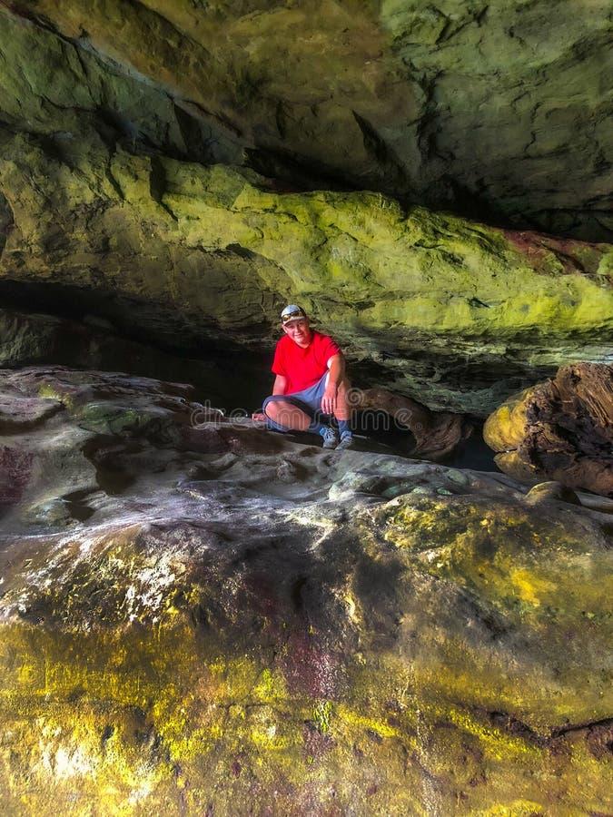 Adolescente explora a caverna foto de stock