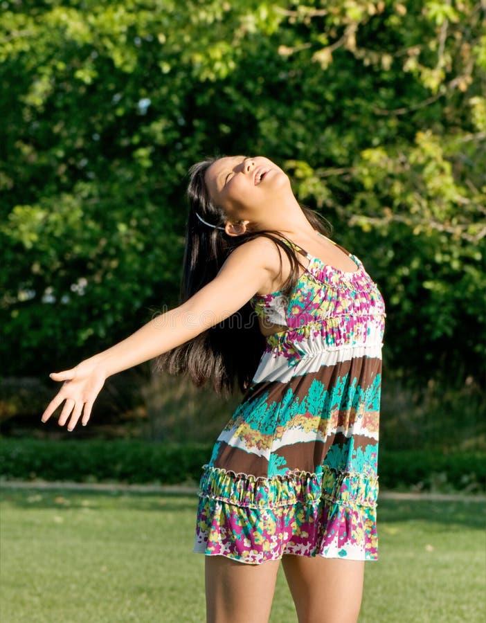 Adolescente exprimant la joie en soleil images libres de droits