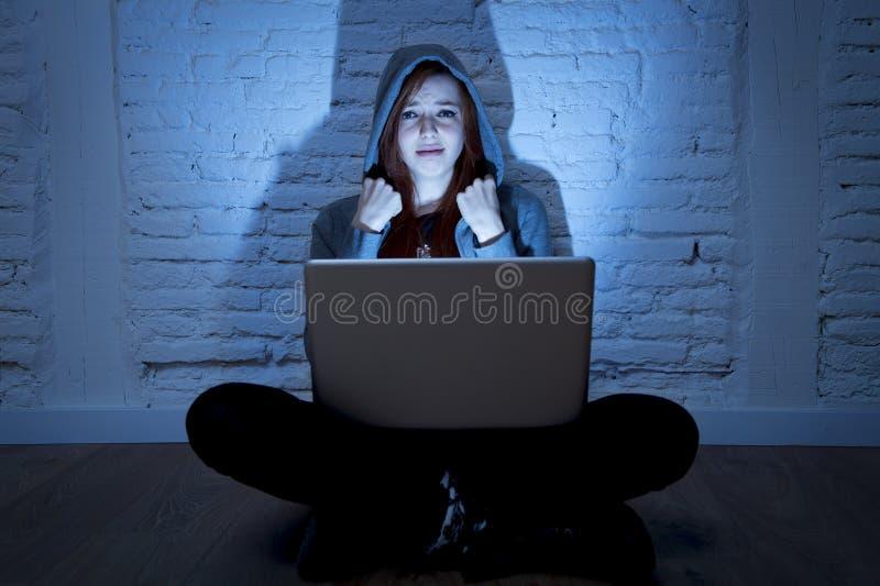 Adolescente fêmea assustado com cyberbullying e a perseguição de sofrimento do portátil do computador que estão sendo abusadas em imagens de stock royalty free