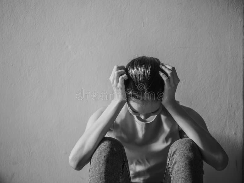 Adolescente fêmea novo da depressão que abusa o problema que sente sofrimento, violência doméstica e abuso sexual, problemas da f fotografia de stock