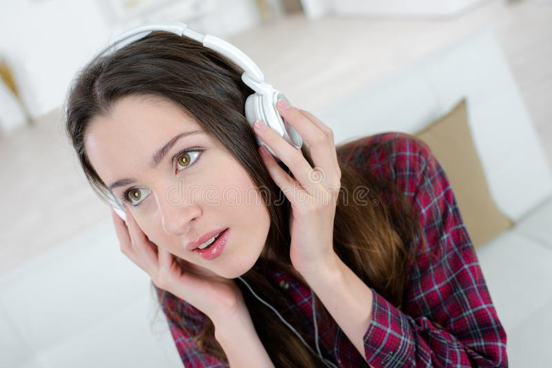 Adolescente fêmea que escuta a música fotos de stock