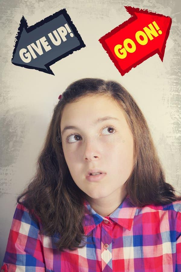 Adolescente faisant face au choix POUR ABANDONNER ou CONTINUER photographie stock