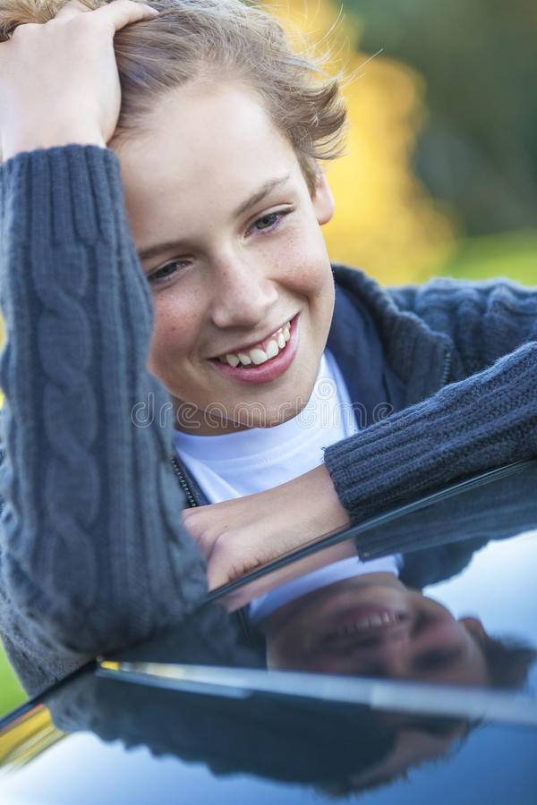 Adolescente felice del bambino maschio del ragazzo fotografia stock libera da diritti