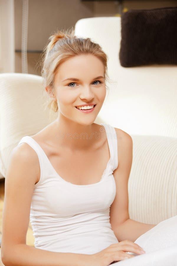 Adolescente felice e sorridente con lo scomparto fotografia stock