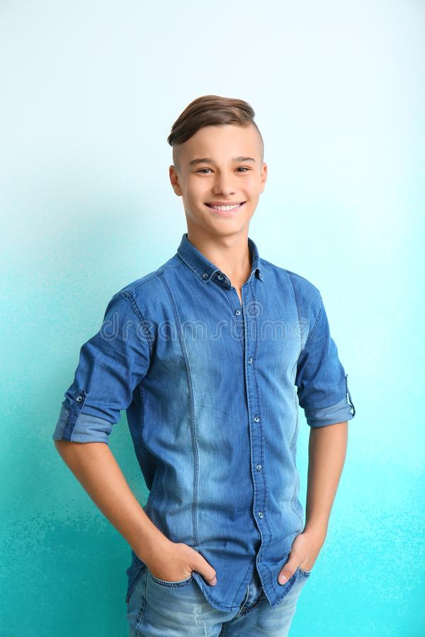Adolescente felice sul fondo di colore fotografie stock