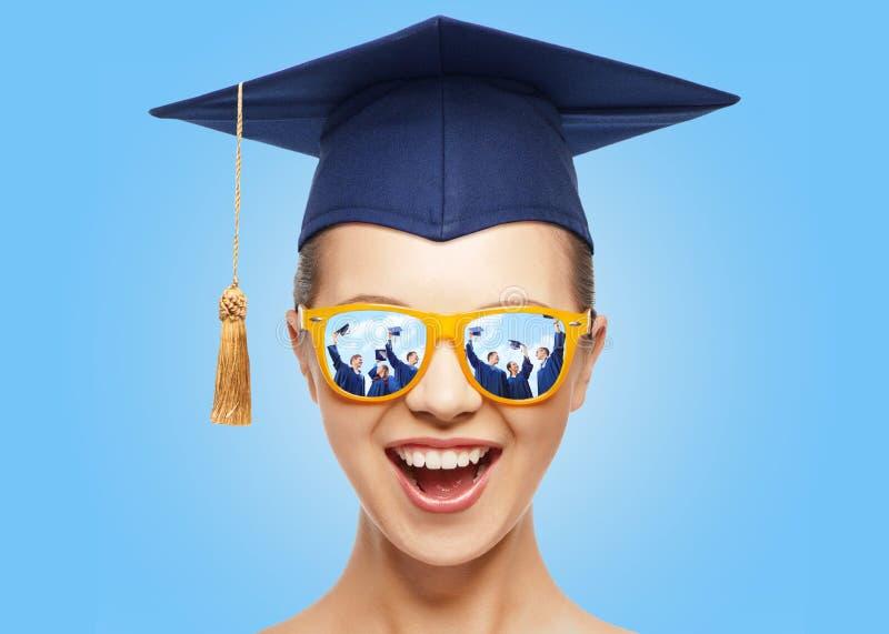 Adolescente felice in tonalità e cappello del tocco fotografia stock libera da diritti