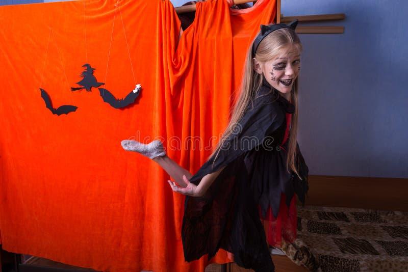 Adolescente felice in un costume per Halloween fotografie stock libere da diritti