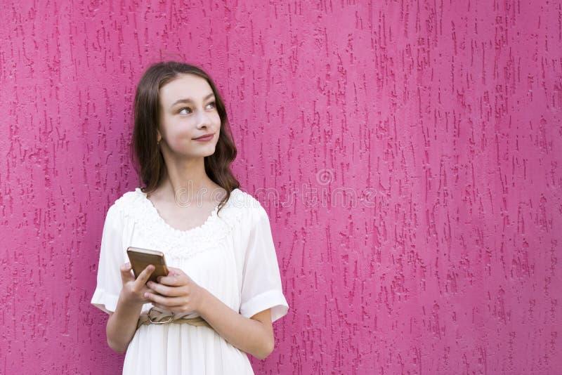 Adolescente feliz bonito que levanta para a imagem fotografia de stock royalty free