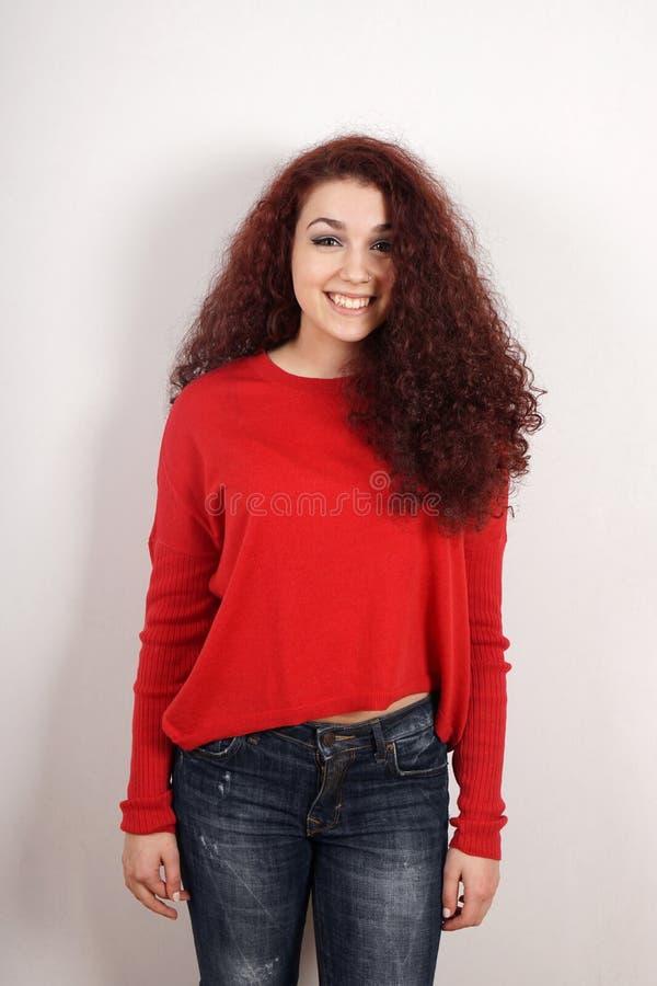 Adolescente feliz com cabelo encaracolado foto de stock