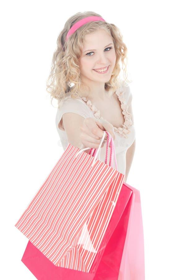 Adolescente feliz com os sacos de compra cor-de-rosa foto de stock