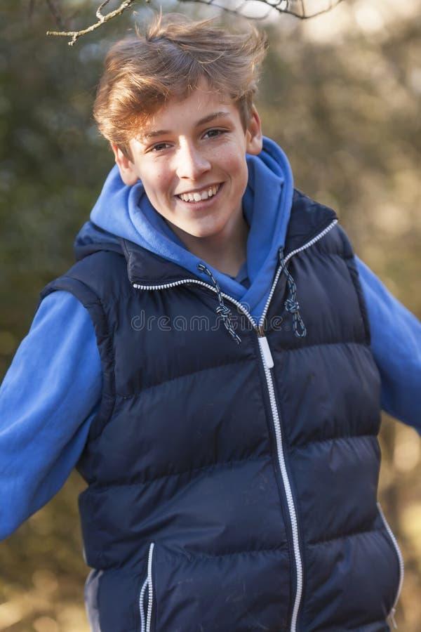 Adolescente feliz da criança masculina do menino fotografia de stock