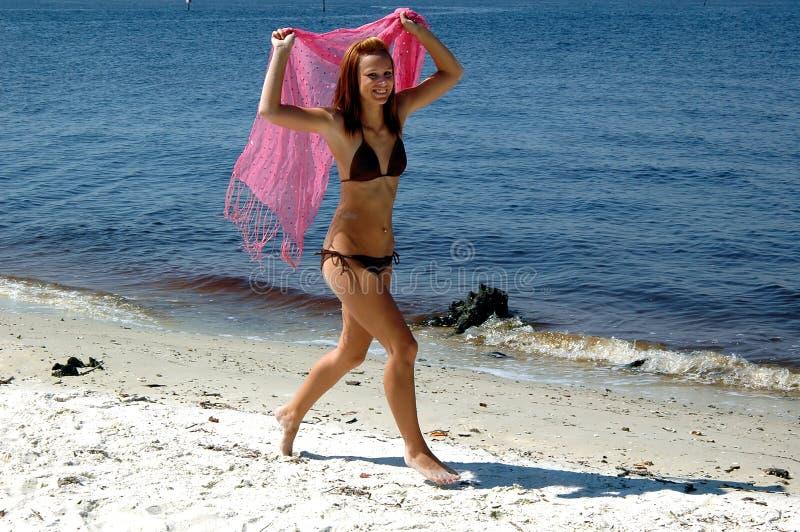 Adolescente feliz en la playa foto de archivo libre de regalías
