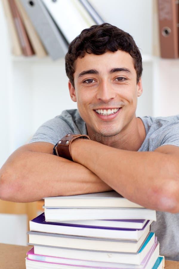 Adolescente feliz estudando muitos livros fotos de stock
