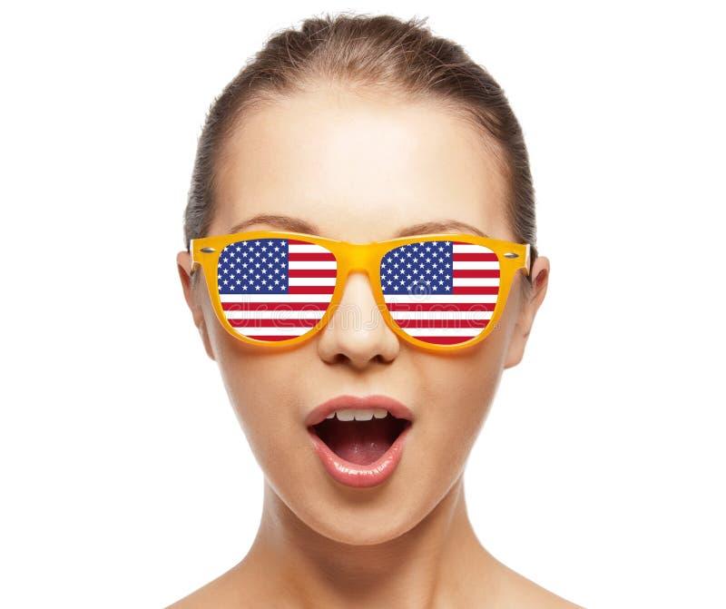 Adolescente feliz nas máscaras com bandeira americana fotos de stock