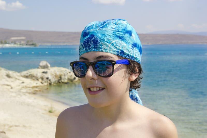Adolescente feliz no mar imagem de stock royalty free