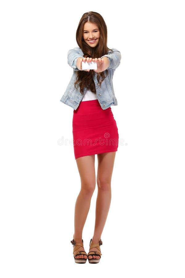 Adolescente feliz que dá um businesscard em branco imagens de stock royalty free