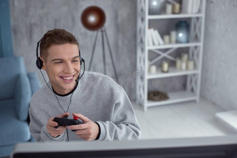 Adolescente feliz que juega a un juego de ordenador fotos de archivo libres de regalías