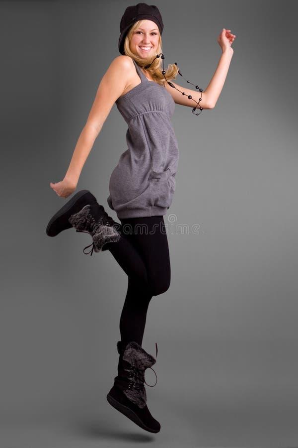 Adolescente feliz que salta para a alegria fotos de stock royalty free