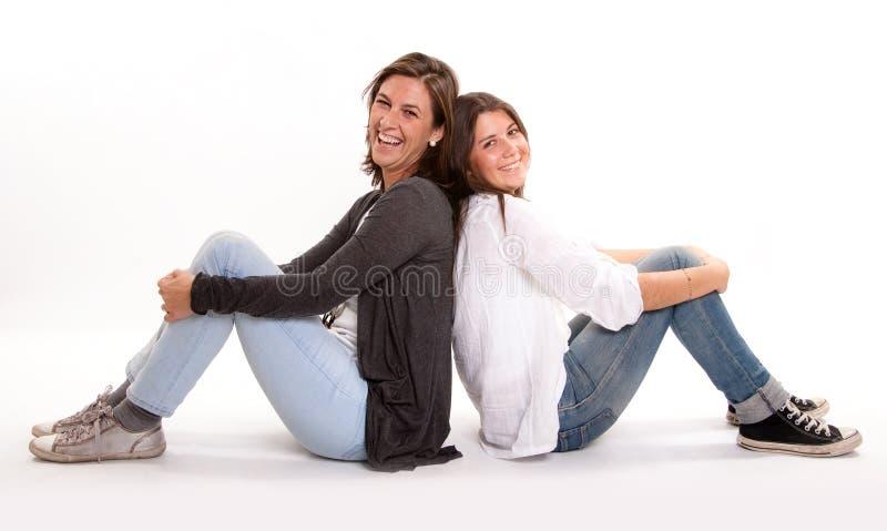 Adolescente feliz y su risa de la madre imágenes de archivo libres de regalías