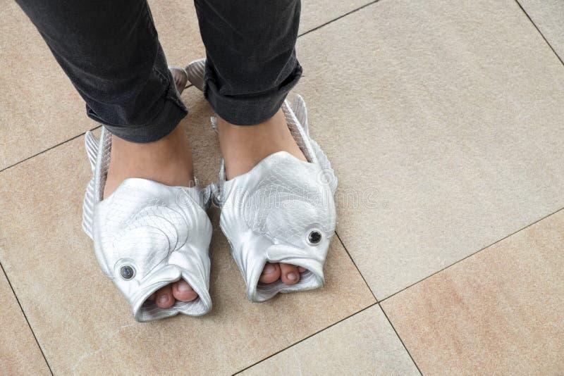 Adolescente femenino con una sandalia extraña de los pescados, nuevo fashio del estilo de las muchachas fotografía de archivo libre de regalías