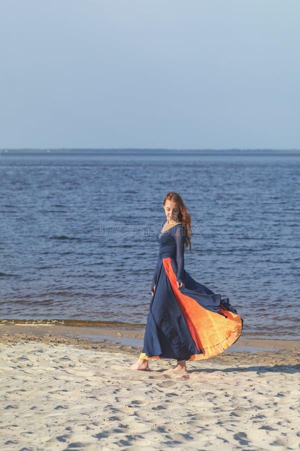 Adolescente femenino del pelirrojo bonito lindo hermoso en vestido largo fotos de archivo