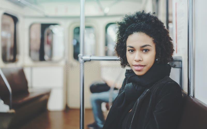 Adolescente femenino en el asiento del tren subterráneo foto de archivo libre de regalías