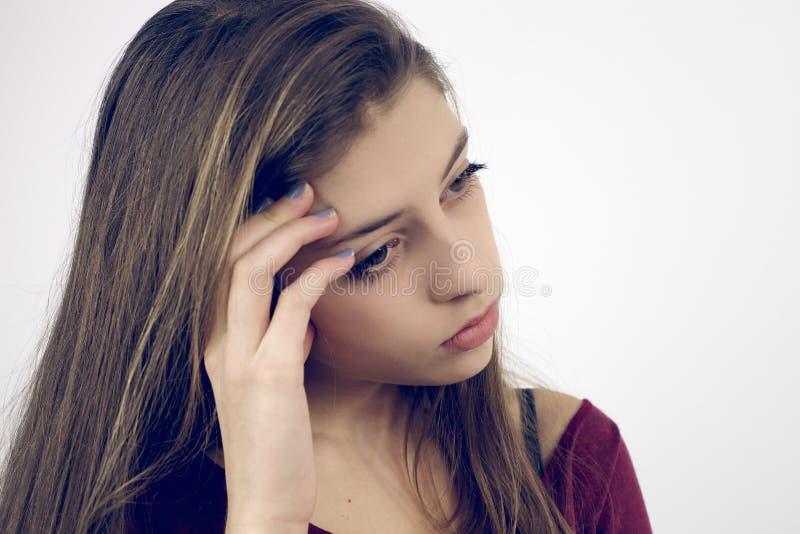 Adolescente femenino que siente dolor de cabeza fuerte imagen de archivo