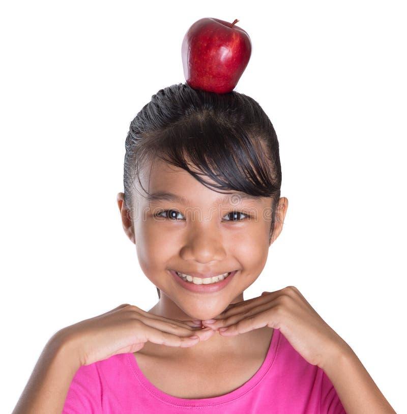Adolescente femminile con Apple sul suo IV capo fotografie stock libere da diritti