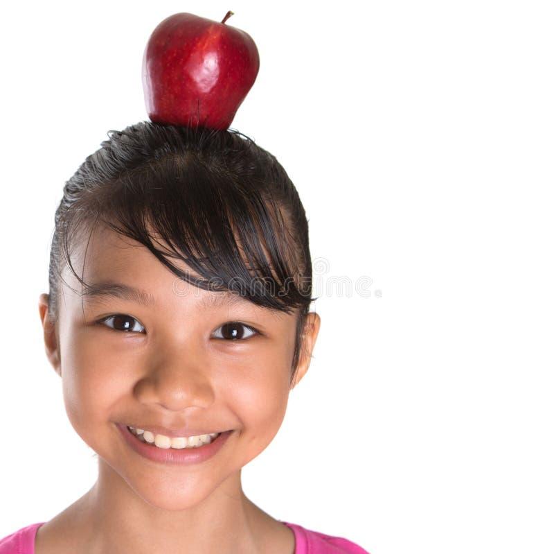 Adolescente femminile con Apple sulla sua testa V fotografia stock